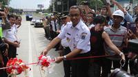 Gubernur DKI Jakarta Anies Baswedan memotong pita saat peresmian Lintas Bawah Kartini, Jakarta Selatan, Rabu (28/2). Lintas Bawah Kartini ini memiliki panjang 500 meter dan tertutup terowongan sepanjang 120 meter. (Liputan6.com/Arya Manggala)