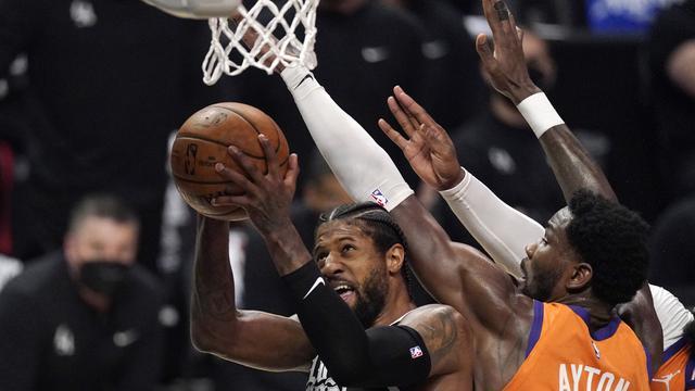 Pemain LA Clippers, Paul George, diadang pemain Phoenix Suns dalam laga game 3 Final Wilayah Barat NBA Playoffs 2021, Jumat (25/6/2021) pagi hari WIB. (AP Photo/Mark J. Terrill)