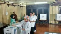 Ketua DPD RI Oesman Sapta Odang memberikan hak suaranya di TPS 006 Kuningan Timur, Jakarta Selatan (Foto:Liputan6.com/Maulandy R)