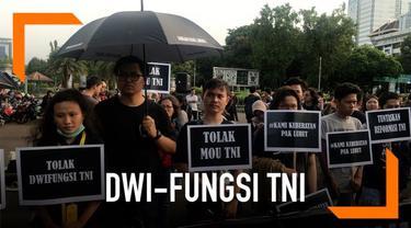 Puluhan orang dari Koalisi Masyarakat Sipil dan Aksi Kamisan, berunjuk rasa di depan Istana Negara, Jakarta. Mereka menolak rencana TNI menempatkan perwira aktif di jabatan-jabatan sipil di pemerintahan. Itu bagian dari restrukturisasi dan reorganisa...