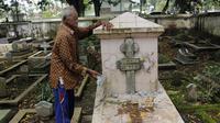 Mbah Mul, petugas makam menunjukkan salah satu makam yang dirusak. (foto: Liputan6.com / felek wahyu)
