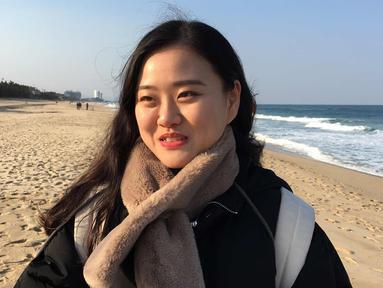 Han Woo Gyeong (22), mahasiswa dari Seoul memberi tanggapan tentang delegasi Olimpiade Korut saat wawancara di Anmok Beach, Gangneung, Korsel (8/2). Menurut Han, ia merasa aneh melihat warga Korut ikut serta dalam Olimpiade. (AP Photo/Hyung-jin Kim)