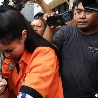 Jennifer Dunn kembali diamankan direktorat narkoba Polda Metro Jaya di kediamannya di kawasan Bangka, Jakarta Selatan pada Minggu, 31 Desember 2017. Jedun diancaman hukuman 20 tahun penjara. (Deki Prayoga/Bintang.com)