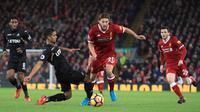 Pemain Liverpool, Adam Lallana berebut bola dengan pemain Swansea City, Kyle Naughton pada laga pekan ke-20 Premier League di Stadion Anfield, Rabu (27/12). Di hadapan suporternya sendiri, Liverpool mencukur Swansea City 5-0. (Peter Byrne/PA via AP)