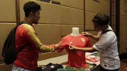 Suporter Indonesia melihat Jersey saat peluncuran Warrix Indonesia di Hotel Santika, Jakarta, Kamis, (6/2/2020). Apparel asal Thailand ini resmi masuk pasar Indonesia. (Bola.com/M Iqbal Ichsan)
