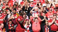 Striker Liverpool, Sadio Mane, merayakan gol yang dicetaknya ke gawang Wolverhampton pada laga Liga Inggris di Stadion Anfield, Liverpool, Minggu (12/5). Liverpool menang 2-0 atas Wolves. (AFP/Paul Ellis)