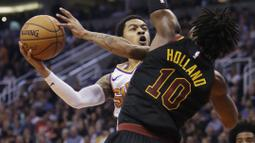 Pebasket Cleveland Cavaliers, John Holland, menghadang pebasket Phoenix Suns, Tyler Ulis, pada laga NBA di Talking Stick Resort Arena, Rabu (14/3/2018). Cleveland Cavaliers menang 129-107 atas Phoenix Suns. (AP/Rick Scuteri)