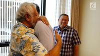 Mantan PM Timor Leste Xanana Gusmao memeluk Komandan Kogasma Partai Demokrat Agus Harimurti Yudhoyono (AHY) saat menjenguk Ani Yudhoyono di National University Hospital Singapura, Minggu (24/2). (Liputan6.com/HO/Anung Anandito)