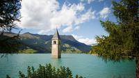 Tenggelam, Kota Reschen hanya sisakan sebuah menara jam yang terlihat dari permukaan air danau. (Foto : Ripleys.com)