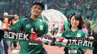 Andis Stevin dan Rina Izumi, pasangan Bonek asal Jepang. (Bola.com/Aditya Wany)