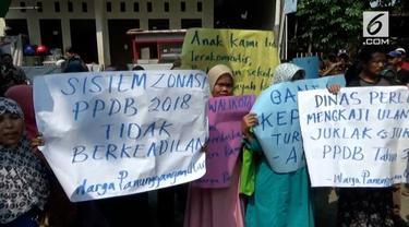 Penerimaan sisa baru di Tangerang berjalan ricuh. Warga mempermasalahkan sistem zonasi yang mengakibatkan anak mereka tidak bisa mendaftar di SMP yang ada di dekat rumah.