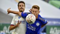 Bek Chelsea, Cesar Azpilicueta, berebut bola dengan pemain Leicester City, Harvey Barnes, pada laga Piala FA di Stadion King Power, Minggu (28/6/2020). Chelsea menang 1-0 atas Leicester City. (AP/Rui Vieira)