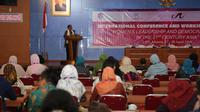 "Menteri Pemberdayaan Perempuan dan Perlindungan Anak, Yohana Yembise saat seminar bertajuk ""Kepemimpinan Perempuan dan Demokrasi Abad 21 di Asia"" di Gedung LIPI, Jakarta, Jumat, (27/4). (Liputan6.com/Pool/Humas Kemen PP dan PA)"