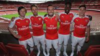 Penggawa Arsenal memamerkan jersey terbaru Arsenal musim 2015-2016 di Emirates Stadium. (Arsenal)