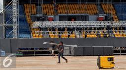 Pekerja merampungkan panggung konser Bon Jovi di bagian sisi stadion Gelora Bungkarno, Jakarta, Minggu (6/9/2015). Pembangunan panggung mewah konser Bon Jovi itu memakan waktu selama 10 hari. (Liputan6.com/Johan Tallo)