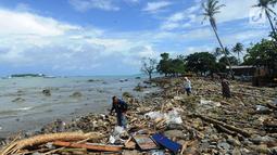 Warga mencari sisa harta benda usai tsunami menerjang Kampung Sumur, Ujung Kulon, Banten, Selasa (24/12). Puluhan orang tewas saat tsunami menerjang kampung ini. (Merdeka.com/Arie Basuki)