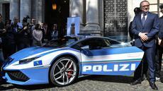 CEO Lamborghini, Stefano Domenicali menyerahkan Lamborghini Huracan untuk kepolisian negara Italia dalam ssebuah seremoni di Kementerian Dalam Negeri di Roma, 30 Maret 2017. Supercar tersebut dilabeli Lamborghini Huracan Polizia. (Andreas SOLARO/AFP)