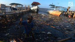 Seorang anak bermain di pinggir laut Muara Angke,Jakarta, Selasa (3/7). Kurangnya pengawasan dari orangtua membuat anak bermain di lokasi berbahaya dan menjadi salah satu faktor tingginya kejahatan pada anak.(Merdeka.com/Imam Buhori)