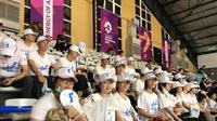 Pendukung Korea bersatu menyaksikan laga bola basket putri melawan Indonesia di Hall Basket GBK, Rabu (15/8/2018). (Liputan6.com/Ahmad Fawwaz Usman)