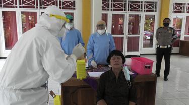Lansia di atas 55 tahun dan yang memiliki penyakit bawaan menjadi sasaran rapid test antigen di Banyumas karena rentan berakhir fatal jika sampai terpapar Covid-19. (Foto: Liputan6.com/Rudal Afgani)