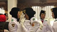 Tangis haru Tim Merah Paskibraka Nasional 2019 usai menjalankan tugasnya mengibarkan bendera di Istana Merdeka, Sabtu (17/8/2019). (Liputan6.com/Ratu Annisa Suryasumirat)