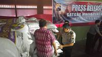 Kabid Humas Polda Jateng, Kombes Pol Djarod Padakova menunjukkan karung-karung berisi gula ilegal. (foto : Liputan6.com / edhie prayitno ige)