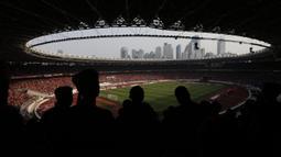 Suporter Persija, The Jakmania, memberikan dukungan saat melawan Persela pada laga Liga 1 di SUGBK, Jakarta, Selasa (20/11). Persija menang 3-0 atas Persela. (Bola.com/Vitalis Yogi Trisna)