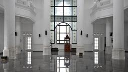 Pemandangan interior masjid Ramlie Musofa yang kosong selama bulan suci Ramadan karena pandemi virus coronavirus COVID-19 di Jakarta (4/5/2020). Masjid ini mulai dibangun oleh Ramli Rasidin pada tahun 2011-2016. (AFP/Adek Berry)