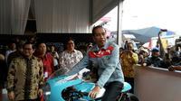 Jokowi menaiki motor kustom di IIMS 2018 (Arief/Liputan6).