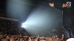 Penyanyi Muhammad Tulus Rusydi atau Tulus saat tampil dalam konser Monokrom di Istora Senayan, Jakarta, Rabu (6/2). Tulus mangatakan ini konser pertama terbesarnya sepanjang berkiprah di panggung musik dalam tujuh tahun terakhir. (Fimela.com/Bambang Eros)