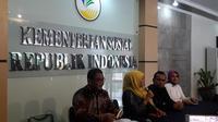 Cak Budi (berkemeja hitam) didampingi Menteri Sosial Khofifah Indar Parawansa di Kantor Kemensos, Jakarta, Kamis (4/5/2017). (Liputan6.com/Devira Prastiwi)