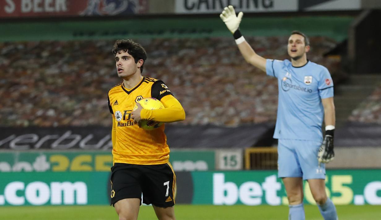 Gelandang Wolverhampton Wanderers, Pedro Neto, usai mencetak gol ke gawang Southampton pada laga lanjutan Liga Inggris di Molineux Stadium, Selasa (24/11/2020) dini hari WIB. Wolverhampton imbang 1-1 menghadapi Southampton. (AFP/Andrew Boyers/pool)