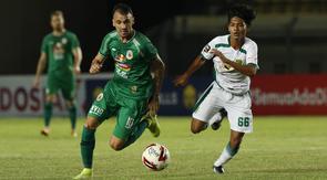 Striker PS Sleman, Velez Nicolas Leandro (kiri) menguasai bola dibayangi pemain Persebaya Surabaya, Dicky Kurniawan Arifin dalam laga Grup C Piala Menpora 2021 di Stadion Si Jalak Harupat, Bandung, Rabu (7/4/2021). (Bola.com/Ikhwan Yanuar)