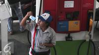 Petugas mengecek uang di SPBU di Jakarta, Selasa (29/3). Mengingat harga minyak dunia sudah mulai merangkak naik di level USD40 per barel. Sehingga ada kemungkinan harga BBM naik pada Juli mendatang. (Liputan6.com/Angga Yuniar)