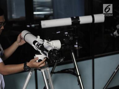Petugas mengecek sejumlah teleskop yang akan digunakan untuk melihat fenomena Supermoon di Planetarium Jakarta, Selasa (30/1). Planetarium Jakarta menggelar nonton bareng fenomena Supermoon besok malam (31/1). (Liputan6.com/Arya Manggala)