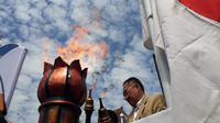 Pemindahan api dari sumber api abadi di Mrapen ke sebuah obor untuk kemudian dibawa marathon ke Candi Mendut. (foto: liputan6.com/edhie prayitno ige)
