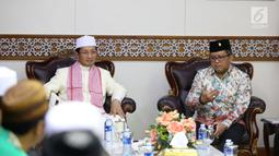 Suasana pertemuan Sekjen PDIP Hasto Kristiyanto (kanan) dengan Imam Besar Masjid Istiqlal Prof Nasaruddin Umar di Masjid Istiqlal, Jakarta, Rabu (11/4). Turut hadir pula jajaran pengurus Baitul Muslimin Indonesia (Bamusi). (Liputan6.com/Pool/Joan)