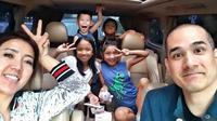Keluarga adalah hal yang paling diutamakan oleh Okan dan Lee. Terlihat keduanya yang sedang berada di dalam mobil dan diramaikan oleh empat orang anak-anak. (Foto: Instagram)