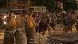 """Aktor Dwayne Johnson saat beradegan dalam film terbarunya """"Fast & Furious Presents: Hobbs & Shaw."""". Film ini disutradarai oleh David Leitch dan ditulis oleh Chris Morgan dan Drew Pearce, dari sebuah cerita oleh Morgan. (Daniel Smith/Universal Pictures via AP)"""