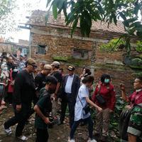 Suasana Bongkar Makam Lina Mantan Istri Sule. (Aksara Bebey/Merdeka.com)