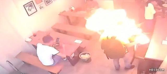 Seorang pria mengalami luka bakar pada rambut dan lehernya usai menyalakan pemantik api. Diduga kebocoran gas pada pemantik menjadi penyebab ledakan.