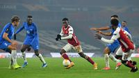 Striker Arsenal, Eddie Nketiah, berebut bola dengan bek Molde, Martin Bjornbak, pada laga lanjutan Grup B Liga Europa 2020/2021 di Emirates Stadium, Jumat (6/11/2020) dini hari WIB. Arsenal menang 4-1 atas Molde. (AFP/Glyn Kirk)
