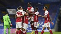 Para pemain Arsenal merayakan gol ke gawang Chelsea yang dicetak gelandang Emile Smith Rowe dalam laga lanjutan Liga Inggris 2020/2021 pekan ke-35 di Stamford Bridge, London, Rabu (12/5/2021). Arsenal menang 1-0 atas Chelsea. (AP/Adam Davy/Pool)