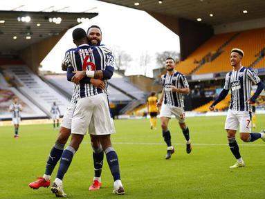 Para pemain West Bromwich Albion merayakan gol yang dicetak oleh Semi Ajayi ke gawang Wolverhampton Wanderers pada laga Liga Inggris di Stadion Molineux, Sabtu (16/1/2021). Wolves takluk dengan skor 2-3. (Adrian Dennis/Pool via AP)