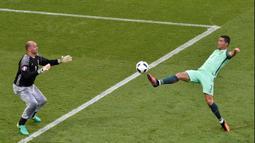 Namun dalam sejarahnya, Gabor Kiraly bukan hanya dikenal sebagai Pyjama Man, ia juga memecahkan rekor sebagai kiper sekaligus pemain tertua yang pernah bermain di Piala Eropa. (Foto: AFP/Jean-Philippe Ksiazek)
