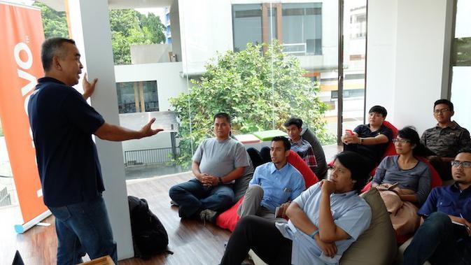 Nukman Luthfi menjelaskan materi tentang personal branding untuk media sosial kepada 10 finalis Inspiration Hunt Lenovo Siap Maju Youth Festival