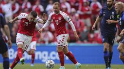 Pada menit ke-7 Jonas Wind (kiri) sudah membuka peluang bagi Denmark lewat sepakan keras yang masih dapat ditepis kiper Finlandia, Lukas Hradecky. (Foto: Friedemann Vogel/Pool)