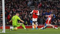 Penyerang Chelsea, Tammy Abraham mencetak gol kedua timnya ke gawang Arsenal pada lanjutan Liga Inggris di Emirates Stadium, Minggu (29/12/2019). The Blues –julukan Chelsea, mampu menutup laga dengan skor akhir 2-1 di kandang Arsenal. (AP Photo/Ian Walton)