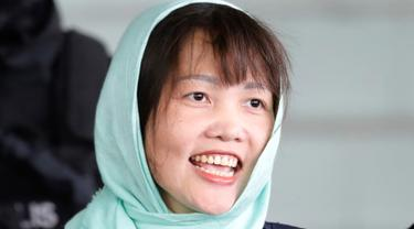 WN Vietnam yang menjadi tersangka kasus pembunuhan Kim Jong-nam, Doan Thi Huong meninggalkan Pengadilan Tinggi Shah Alam di Malaysia, Senin (1/4). Jaksa penuntut Malaysia membatalkan dakwaan terhadap Doan Thi Huong setelah mengaku bersalah atas tuduhan yang lebih ringan. (AP/Vincent Thian)