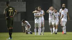 Pemain Bali United merayakan gol yang dicetak Stefano Lilipaly ke gawang Tira Persikabo pada laga Shopee Liga 1 di Stadion Patriot Pakansari, Bogor, Kamis (15/8). Bali menang 2-1 atas Tira Persikabo. (Bola.com/Yoppy Renato)